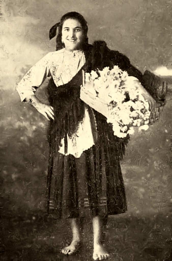 1f58d7b26 81 − CAMPONESA DOS ARREDORES DE COIMBRA vendendo flores no mercado da  cidade. Actualidade. (1940 )